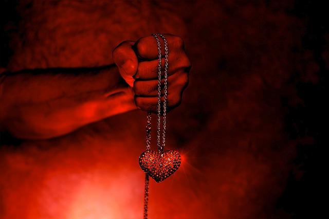 W świecie gotyckiej biżuterii: jak wybrać pierwszy naszyjnik